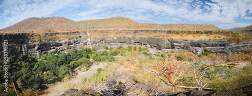 Fotografía Panorama of touristic attraction Ajanta buddhist temples and caves in Deccan Pla