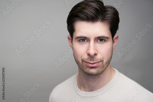 Fotografía  Portait of handsome man with short black hair in studio, caucasian