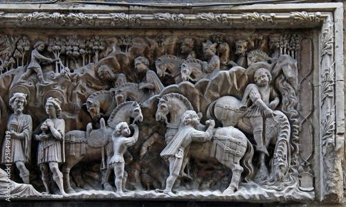 Valokuva adorazione dei Magi (particolare del corteo); altorilievo in marmo di Elia e Gio