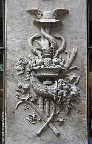 insegne di Apollo con frutta e cornucopia; altorilievo in marmo, Genova Canvas-taulu
