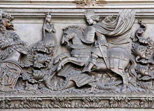 San Giorgio e il drago; altorilievo in marmo, portale di una delle antiche case Canvas-taulu