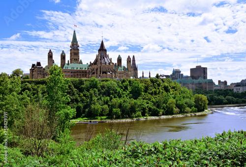 In de dag Canada View of Parliament Hill across the Ottawa River, Ontario, Canada
