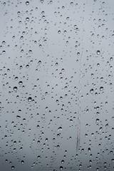 Zamknij się krople deszczu na oknie z rozmycie tła