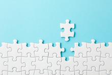 ジグソーパズル White Jigsaw Puzzle On Blue Background