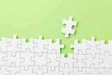 ジグソーパズル White Jigsaw Puzzle On Green Background