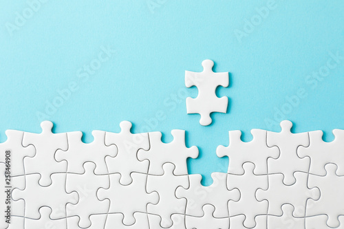 Fotografie, Obraz  ジグソーパズル White jigsaw puzzle on blue background