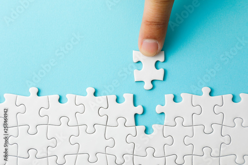 Fotografering  ジグソーパズル White jigsaw puzzle on blue background