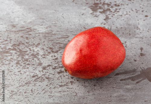 Photo Single red anjou pear on a gray mottled background side view
