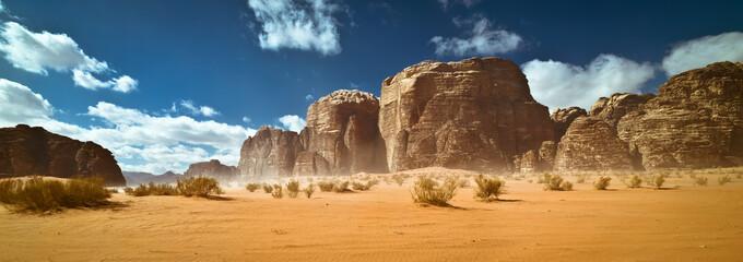 Natura i skały pustyni Wadi Rum lub Valley of the Moon, Jordania, burza piaskowa