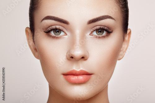 Fotografiet  Beautiful Woman with Extreme Long False Eyelashes
