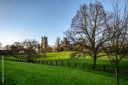 Photo Park and view on Ely Cathedral, Anglo-Saxon abbey, UK