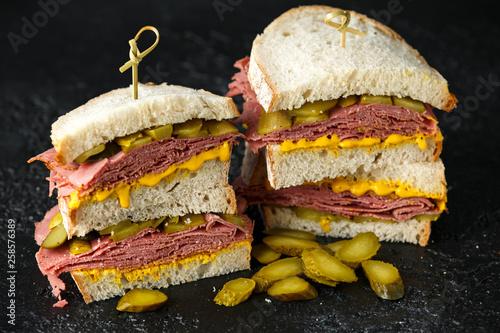 New York pastrami, gherkins and sourdough bread deli sandwich Tapéta, Fotótapéta