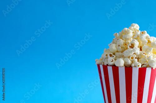 Fototapeta Popcorn su uno sfondo blu