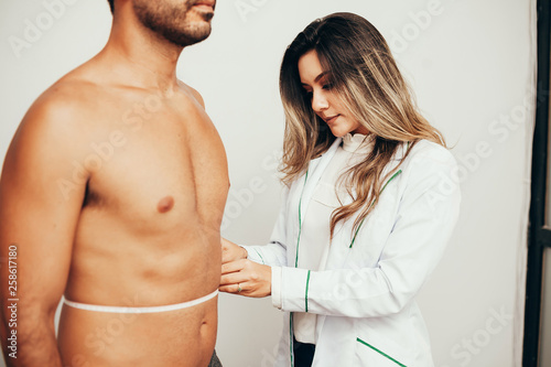 Papel de parede  Female sports nutritionist attending patient in her clinic