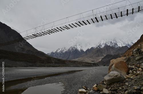 Valokuva パキスタンの上部フンザのパスー 美しい山と川と吊り橋