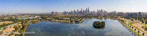 Photo Panoramic view of the beautiful city of Melbourne from Albert Park lake