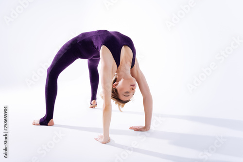 Fotografía  Nice delighted young woman bending over backwards