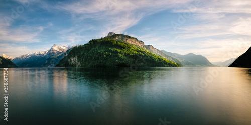 Fotobehang Zwart Blick auf Urner See und Vierwaldstättersee von Brunnen aus im Abendlicht