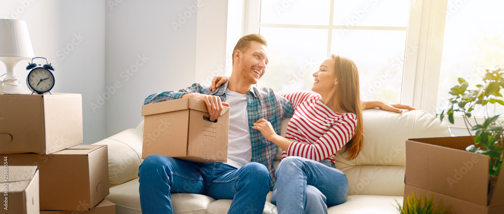 Fototapety, obrazy: couple moving to new apartment