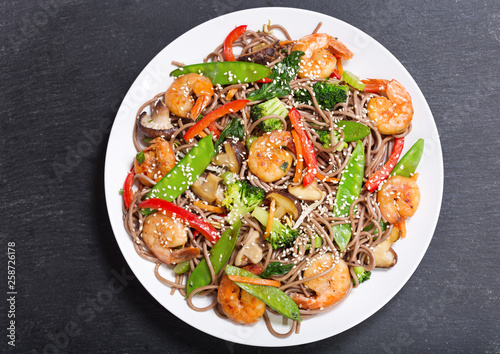 Photo  plate of Stir fried noodles with shrimps and vegetables