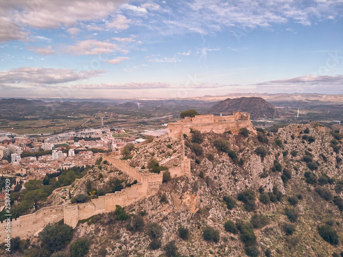Photo  Aerial view of the castle of Xativa with the town in the background on a day wit