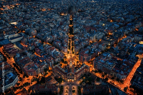 Montage in der Fensternische Barcelona Barcelona street night aerial View