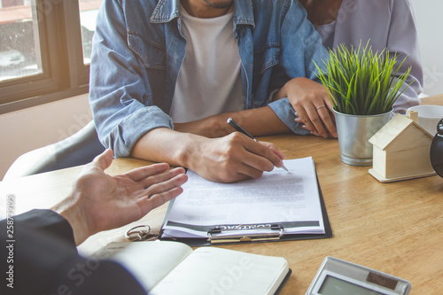 Clients signing contract to buy real estate with realtor. Fototapet