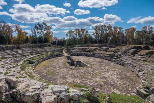 Fotografiet The Roman amphitheater of Syracuse (Siracusa), Sicily, Italy