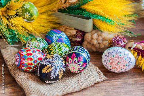 Fototapeta Wielkanoc. Kolorowe wielkanocne jajka i palma wielkanocna obraz