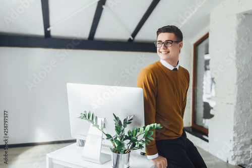 Photo  Attractive young businessman stay at his modern office and looking forward to,he is very happy