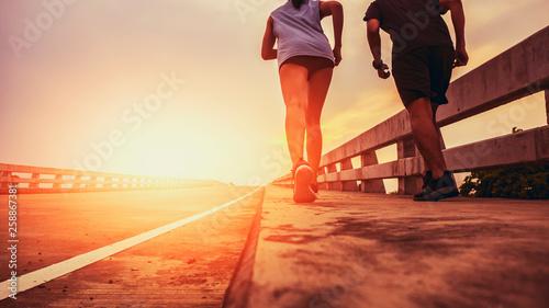 Foto  Two runners ran outside