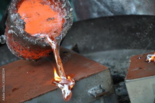 Valokuvatapetti flüssiges Aluminium wird in Form gegossen