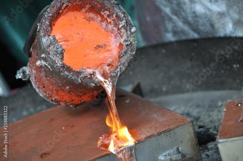 Valokuva  flüssiges Aluminium wird in Form gegossen