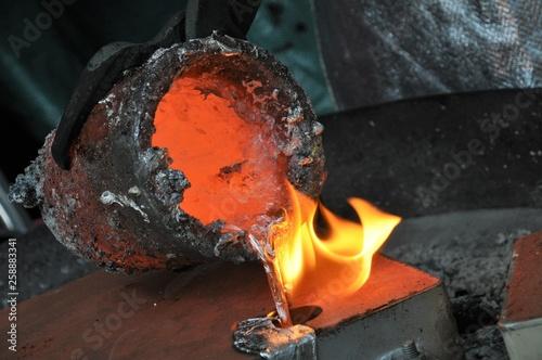 flüssiges Aluminium wird in Form gegossen Canvas-taulu