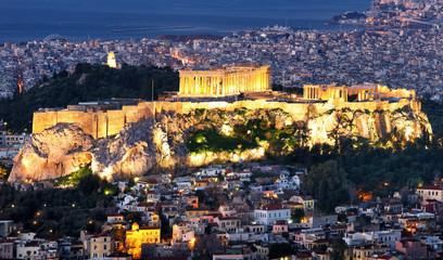 Akropol w nocy w Atenach ze wzgórza Lykabettus, Grecja