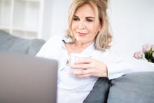 Best Age Frau Sitzt Mit Einer ...