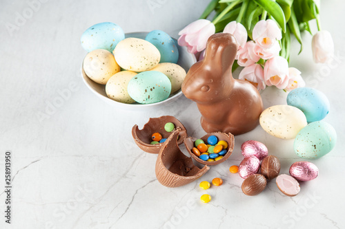 Foto auf Leinwand Indien Chocolate Easter bunny and eggs