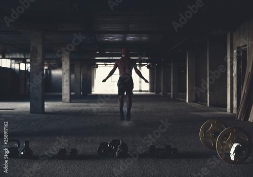 Zawodnik jest zaangażowany w crossfit na siłowni