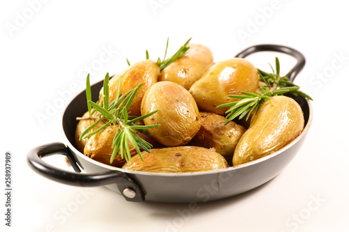 pieczone ziemniaki z rozmarynem na białym tle