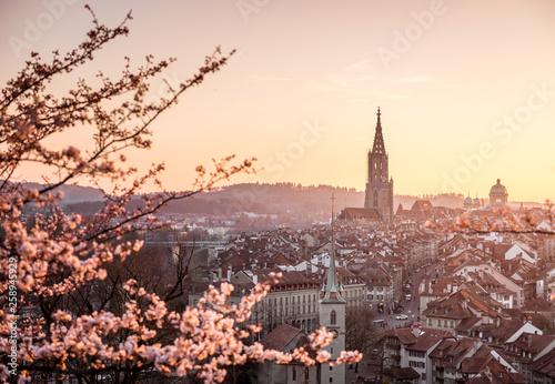 Valokuva  Sonnenuntergang während Kirschblüte in Bern mit Berner Münster und Altstadt