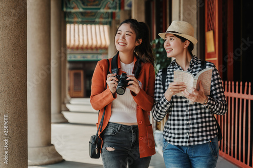two girls tourist visiting bangkok maining attractions in thailand Canvas-taulu