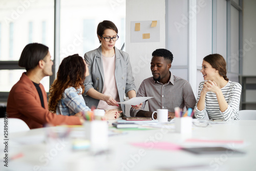 Fotografía Portrait of successful female manager leading multi-ethnic team in meeting, copy