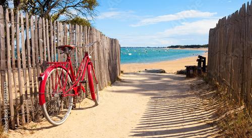 Foto op Plexiglas Fiets Détnete sur la plage après une balade à vélo sur lîle de Noirmoutier
