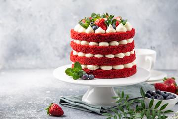 svečana torta Red Velvet na bijelom postolju za torte