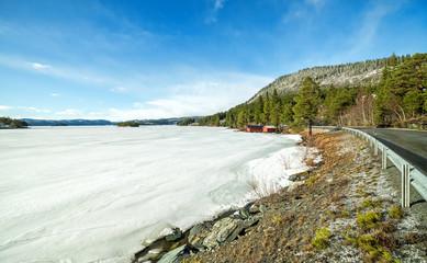 Podróżując po norweskich górach w marcu