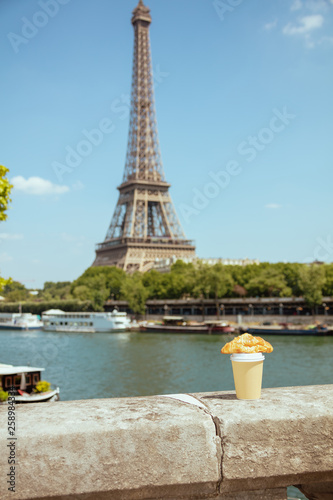Poster de jardin Paris cup of coffee and croissant on the parapet against Eiffel tower