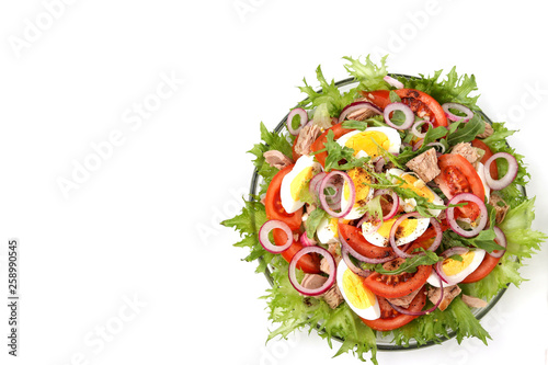 Fotografía  Healthy salad of organic salad with canned tuna, tomatoes, chicken eggs, arugula