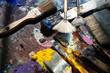 Künstler Pinsel auf einer Palette mit vielen bunten Farben