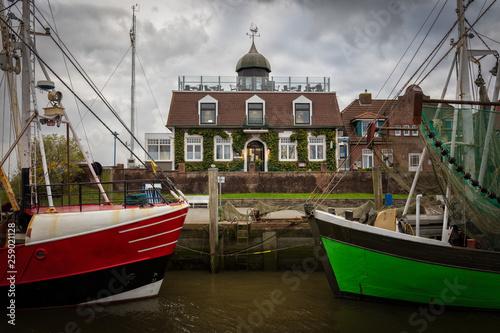 Fotografie, Tablou Der Hafen von Neuharlingersiel mit zwei alten Fischkuttern