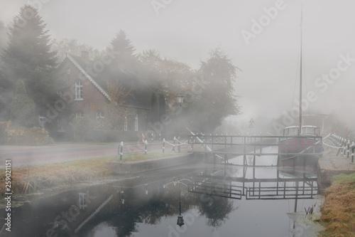 Fotografía Nebel in Westgroßefehn am Kanal, einem Fleet in Ostfriesland, Germany